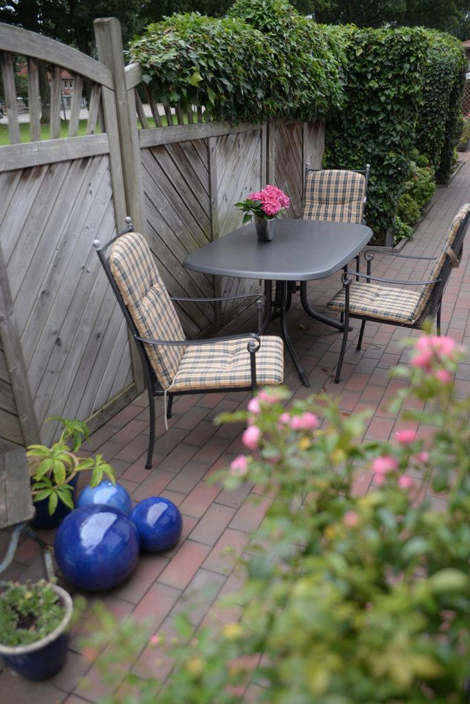 Terrasse mit Stühlen